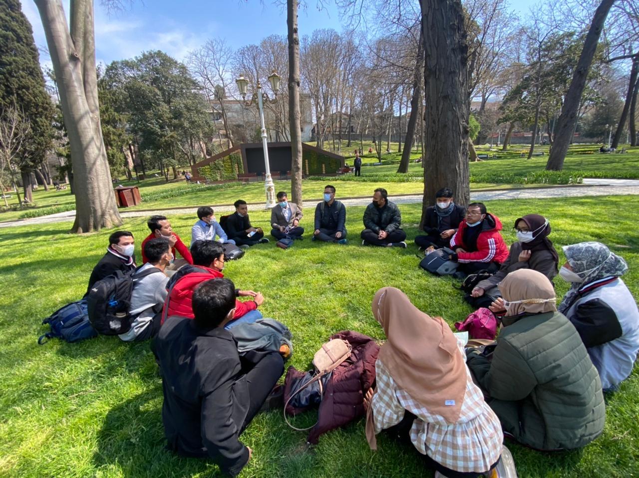 Azzam: Pendidikan, Prestasi, dan Turki
