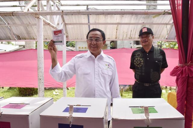 Bupati dan Wabup Inhil Coblos di TPS dan Tinjau Langsung Proses Pemilu